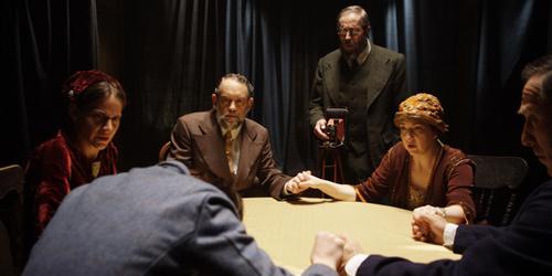 Peter Campbell (Martin Donovan) liderant una reunió espiritual.