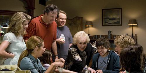 La família reunida juga i s'ho passa pipa.