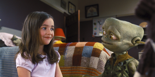 Primer contacte entre la petita de la família i l'alienígena bo.