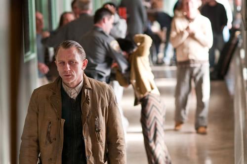 """Daniel Craig ho passa malament a """"Detrás de las paredes""""."""