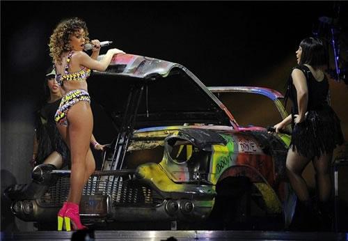 """Rihanna interpretant """"Shut Up & Drive"""" al Palau Sant Jordi de Barcelona."""