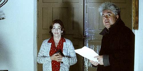 Pedro Almodóvar i Carmen Maura repassant els diàlegs.
