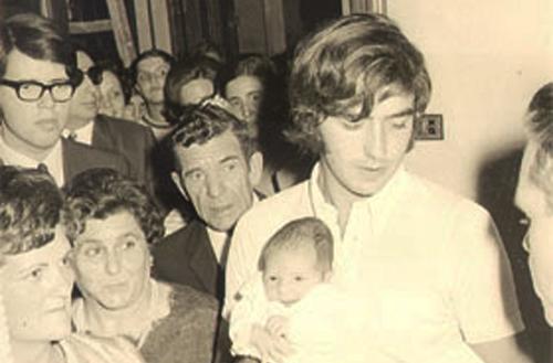 El dia del seu bateig en braços de Joan Manuel Serrat