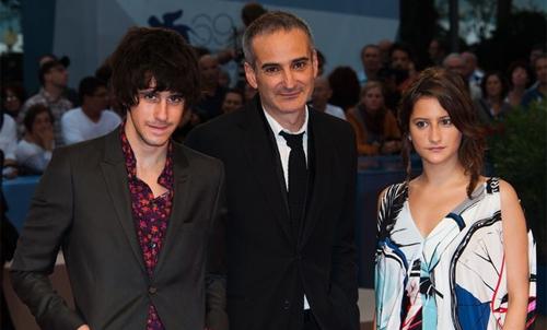Olivier Assayas i els joves Clement Metayer i Lola Creton a la premiere de 'Après Mai'