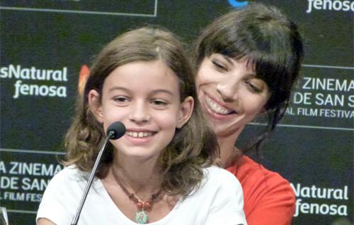 Maribel Verdú (Madrastra) i Sofía Oria (Blancaneus de petita) a la roda de premsa de Blancanieves