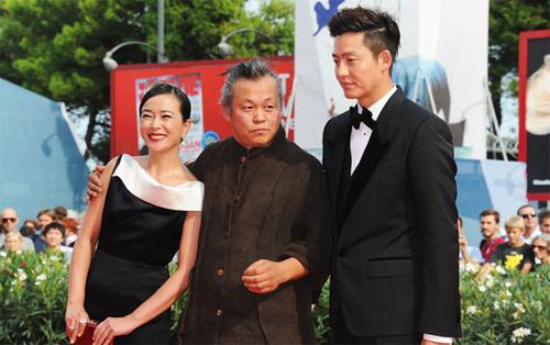 Kim Ki Duk flanquejat pels seus actors, Cho Min-soo i Lee Jung-jin