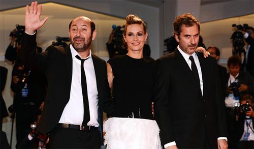 Els protagonistes i el director de 'Superstar' a la catifa vermella