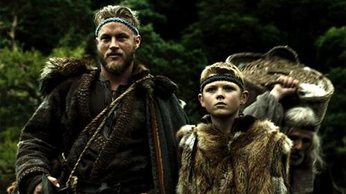 "Travis Fimmel és Ragnar Lothbrok a ""Vikings"""