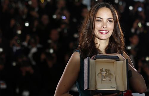Berenice Bejo muestra sonriente su premio a la mejor actriz por 'The Past'. (C) AFP