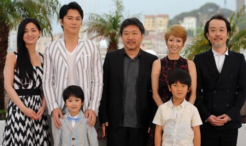 El director Hirokazu Koreeda acompañado de los actors de 'Like Father, Like Son'. (C) FDC