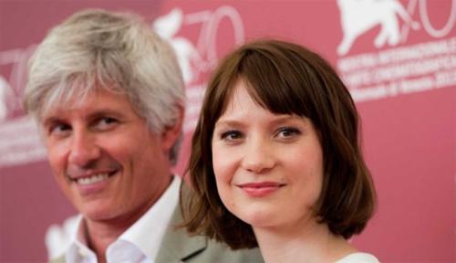 El director John Curran i l'actriz Mia Wasikowska presentaren 'Tracks' a Venècia