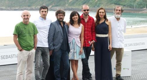 """L'equip de """"La herida"""" posant davant la premsa a San Sebastián"""