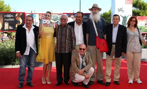 """Gianfranco Rosi (ajupit) i el cast de """"Sacro GRA"""""""