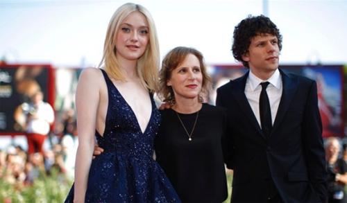 Dakota Faning i Jesse Eisenberg acompanyen la directora Kelly Reichardt a la presentació de 'Night moves'