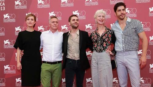 Xavier Dolan (al centre), rodejat del repartiment de 'Tom à la ferme' a Venècia