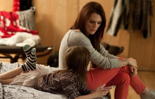 """Julianne Moore i Onata Aprile a """"¿Qué hacemos con Maisie?"""""""