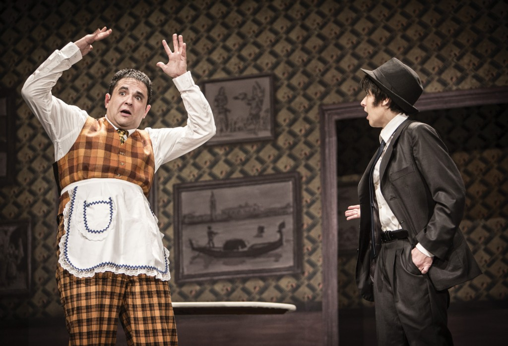 "Diego Molero (Dino) i Mireia Aixalà (Mario / Maria) a ""Un Jeta, Dos Jefes"" al Teatre Victòria."
