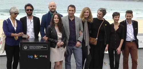 """El nombrós equip de """"La voz en off"""" posa per la premsa a San Sebastián"""