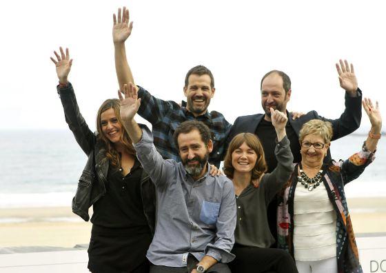 """L'equip de """"Loreak"""" saluda a la premsa a San Sebastián"""