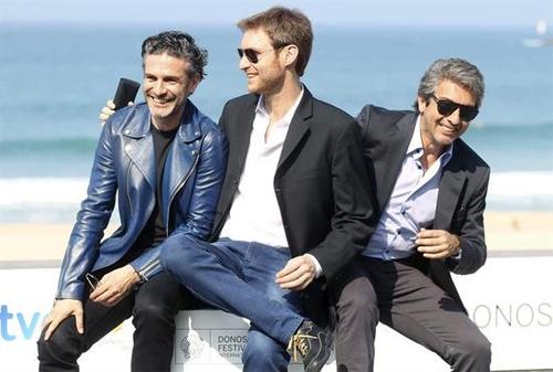 """El director Damián Szifrón entre els actors Ricardo Darín i Leonardo Sbaraglia a la presentació de """"Relatos salvajes"""". Foto: EFE"""