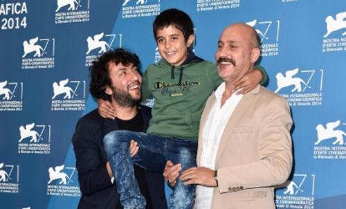 """El director Kaan Mujdeci i els actors de """"Sivas"""", Dogan Izci i Muttalip Mujdeci, al photocall a Venecia"""